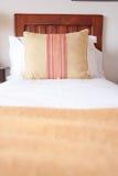 Descanse com projeto elegante em uma cama de madeira Imagens de Stock