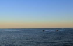 Descanse el océano de la isla de la costa del barco de la playa del azul de cielo del agua de la puesta del sol del mar de la osc Foto de archivo libre de regalías