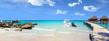 Descanse en los Maldivas y una travesía del yate en el océano Imagen de archivo libre de regalías