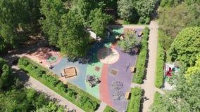 Descanse la zona para los niños en el parque de Severnoye Tushino en Moscú, Rusia metrajes