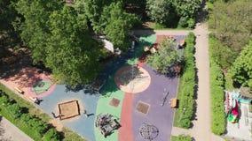 Descanse la zona para los ni?os en el parque de Severnoye Tushino en Mosc?, Rusia metrajes