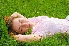 Descanso bonito da mulher na grama Foto de Stock
