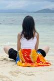 Descanso bonito novo da menina na praia Imagens de Stock