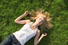 Descanso da mulher na grama Fotografia de Stock