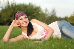 Descanso da mulher na grama verde foto de stock royalty free