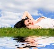 Descanso da mulher na grama verde Imagem de Stock
