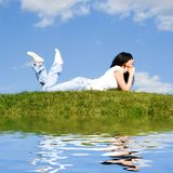 Descanso da mulher na grama verde Foto de Stock