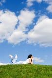 Descanso da mulher na grama verde imagem de stock royalty free