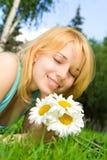 Descanso da mulher no parque com flores Fotos de Stock Royalty Free