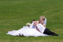 Descanso de pares novo-casados Foto de Stock Royalty Free