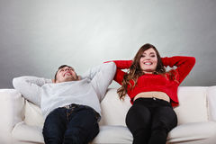 Descanso de relaxamento dos pares felizes no sofá em casa Fotos de Stock