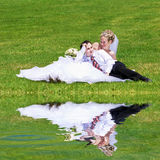 Descanso de um par novo-casado Fotos de Stock Royalty Free