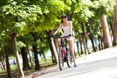 Descanso de um passeio da bicicleta no parque Fotos de Stock