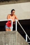 Descanso desportivo cansado da mulher fotografia de stock