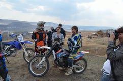 Descanso do grupo dos pilotos do motocross fotografia de stock royalty free