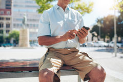 Descanso do turista exterior e utilização do telefone celular Fotos de Stock