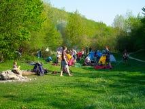 Descanso dos caminhantes em um acampamento da barraca foto de stock