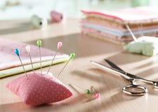 Descanso e tesouras da agulha Imagem de Stock