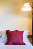 Descanso em uma cama e em uma lâmpada Imagens de Stock