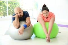 Descanso excesso de peso cansado do homem e da mulher foto de stock