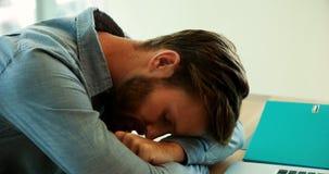 Descanso executivo masculino em sua mesa no escritório filme
