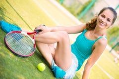 Descanso fêmea novo do jogador de tênis Foto de Stock