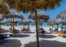 Descanso na praia bonita de varadero fotografia de stock