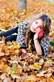Descanso no parque do outono imagens de stock