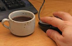Descanso para tomar café al ordenador Imagen de archivo