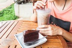 Descanso para tomar café con café y la torta helados imagen de archivo