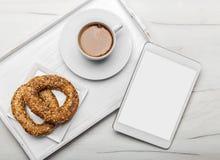 Descanso para tomar café con la taza de café y de pretzeles Foto de archivo