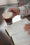 Descanso para tomar café de la lectura Imagen de archivo libre de regalías