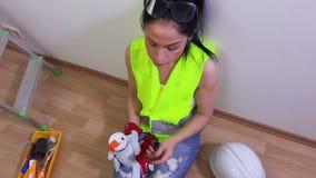 Descanso para tomar café de la toma del constructor de la mujer almacen de video