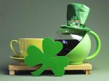 Descanso para tomar café del día de St Patrick con el sombrero del Leprechaun Foto de archivo libre de regalías
