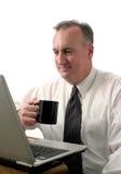 Descanso para tomar café del hombre de negocios con la computadora portátil imagen de archivo libre de regalías