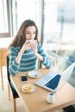 Descanso para tomar café en la barra Imagen de archivo