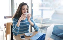 Descanso para tomar café en la barra Foto de archivo libre de regalías