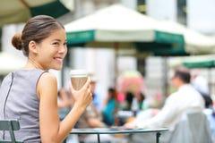 Descanso para tomar café joven de la mujer de negocios en parque de la ciudad Fotografía de archivo