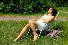 Descanso sênior em The Sun Fotos de Stock Royalty Free