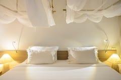 Descansos brancos em um quarto moderno Fotos de Stock