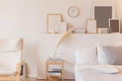 Descansos brancos na cama de madeira no interior mínimo do quarto imagem de stock