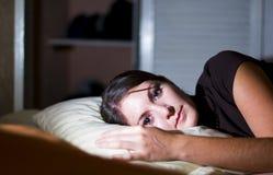 Descansos da mulher na cama Fotografia de Stock Royalty Free