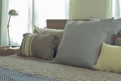 Descansos de linho no tamanho da diferença na cama no quarto moderno do estilo japonês fotos de stock royalty free