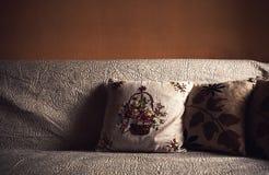 Descansos decorativos no sofá velho Imagens de Stock Royalty Free