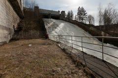 Descarga da água da inundação em Narvskaya HPP fotos de stock royalty free
