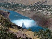 A descarga da água do reservatório do Nurek hidroelétrico Fotografia de Stock