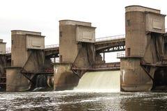 Descarga da água durante o snowmelt da mola na represa de Perervinsk instalada no rio de Moscou, para manter o nível de água a fotografia de stock