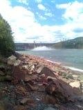 Descarga da água na central elétrica hidroelétrico de Krasnoyarsk, verão, Sibéria foto de stock