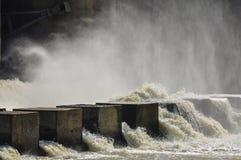 Descarga da água na represa foto de stock