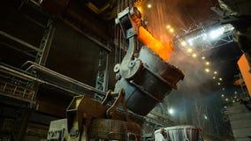 Descarga da escória na fábrica metallurgy fotos de stock royalty free